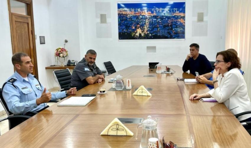 פגישת עבודה של קליש רותם עם פיקוד משטרת חיפה (צילום: ראובן כהן, עיריית חיפה)