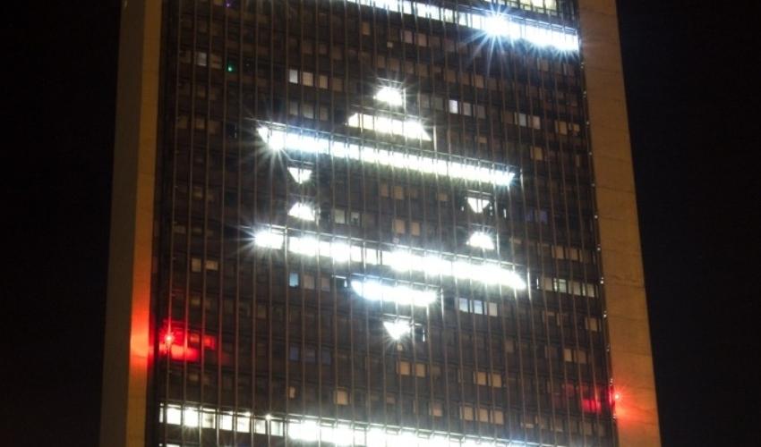 """כך הואר מגדל האוניברסיטה ב""""צוק איתן"""" (צילום: דוברות)"""