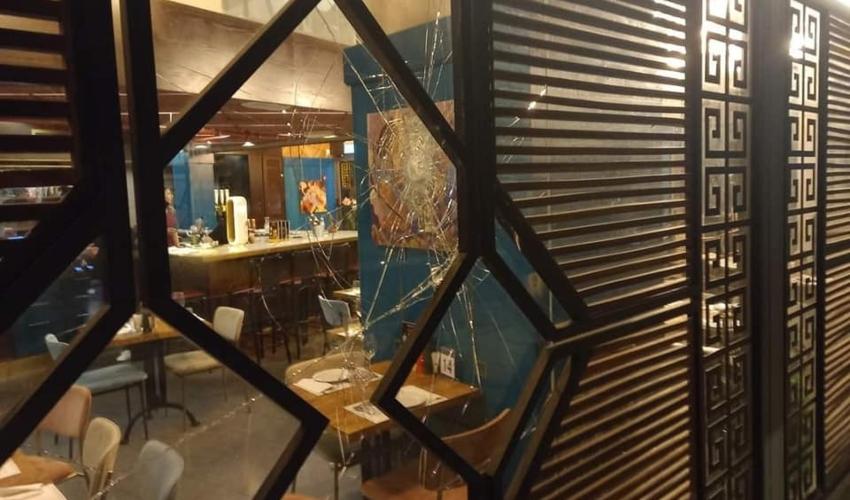 """הזכוכיות המנופצות של מסעדת """"סנגריה"""" (צילום: אלכס קליאצ׳קו)"""