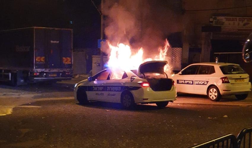 ניידת משטרה נשרפה כליל. רחוב הגיבורים חיפה (צילום: דוברות המשטרה)