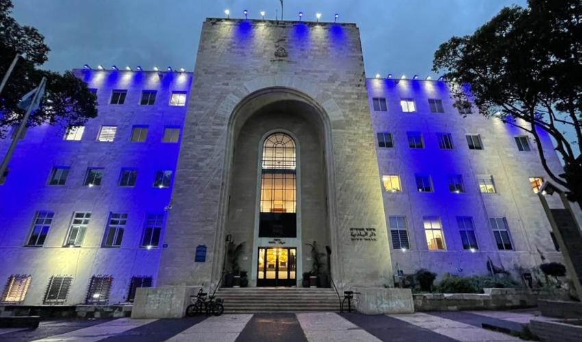 בניין העירייה מואר בצבעי כחול-לבן (צילום: דוברות עיריית חיפה)