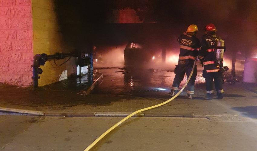 שריפה בחניון מתחת למבנה מגורים של שמונה קומות ברחוב אהבת ישראל בחיפה (צילום: דוברות כבאות והצלה)