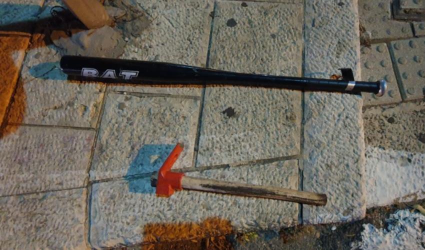 כלי התקיפה שנתפסו אצל החשוד (צילום: דוברות המשטרה)