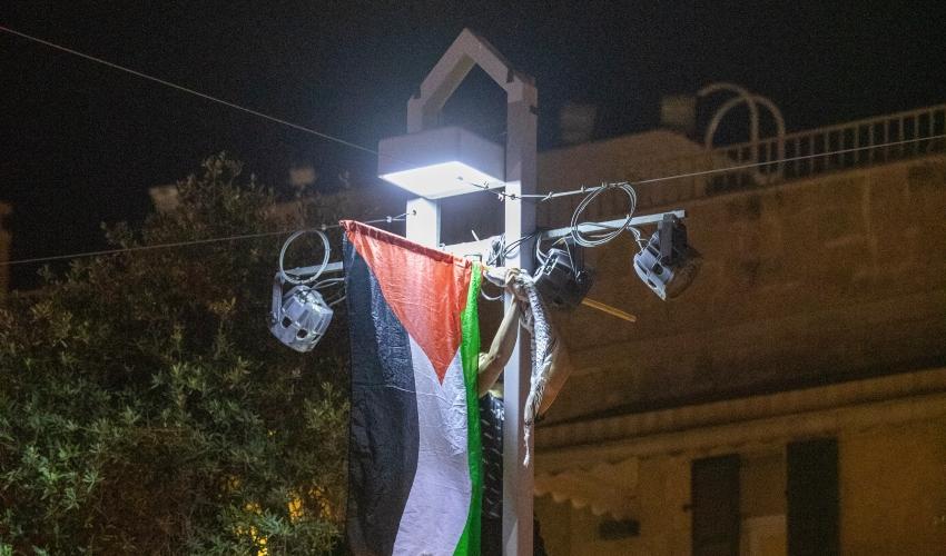 צעיר פוחז שם לו למטרה לכבוש עמוד חשמל ולהניף עליו את דגל פלסטין