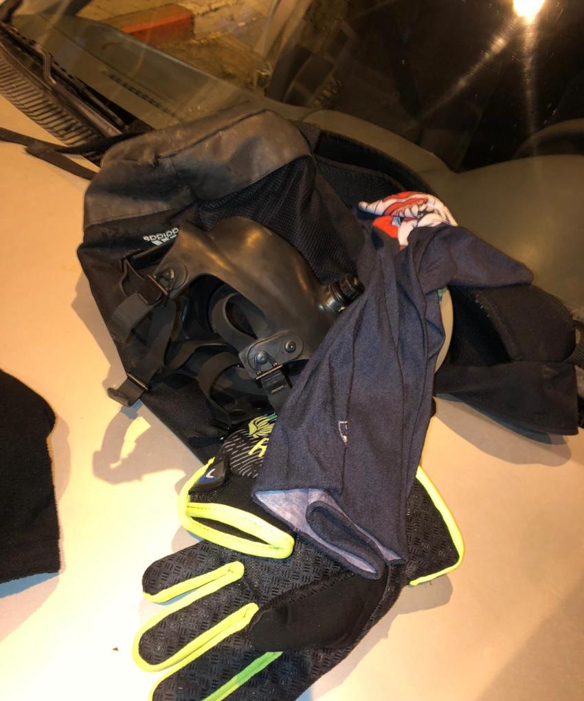 הכפפות והמסכה שנתפסו ברכבו של החשוד (צילום: דוברות המשטרה)