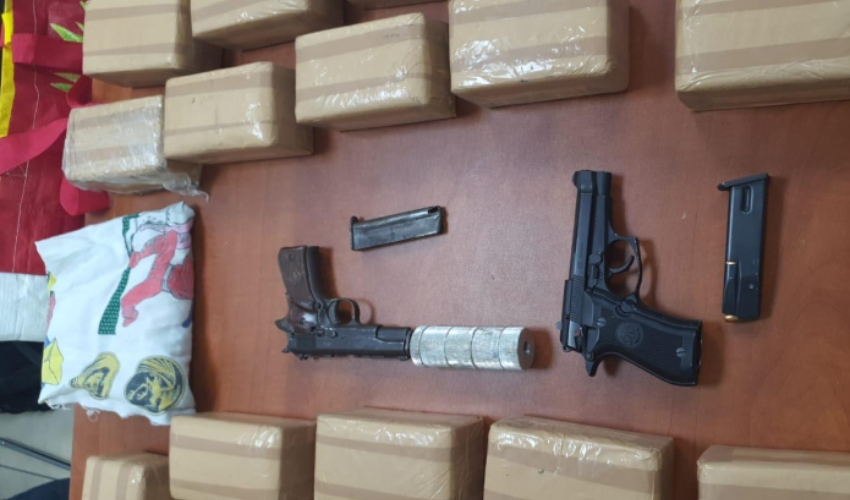 האקדחים והסמים שנתפסו (צילום: דוברות המשטרה)