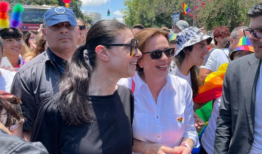 שרת התחבורה מרב מיכאלי וראש העירייה קליש רותם במצעד הגאווה (צילום: ראובן כהן, עיריית חיפה)