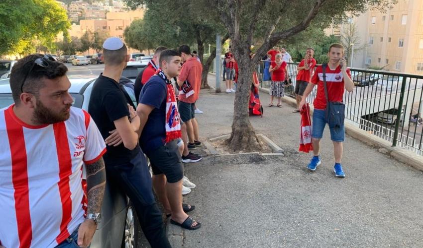 אוהדי הפועל חיפה מפגינים מתחת לביתה של קליש רותם (צילום: חגית הורנשטיין)