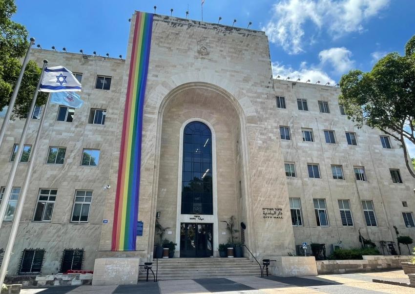 דגל הגאווה נפרש על בניין עיריית חיפה צילום: ניר בלזיצקי, דוברות עיריית חיפה)