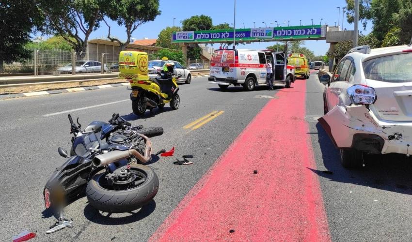 """תאונת דרכים בין רוכב אופנוע לרכב פרטי בשדרות ההגנה (צילום: תיעוד מבצעי מד""""א)"""