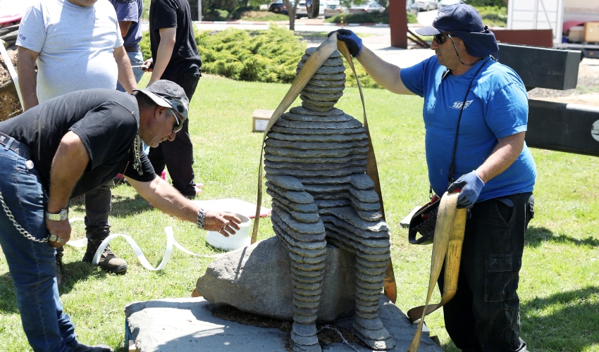 העתקת הפסלים למוזיאון הכט (צילום: יניב קופל)