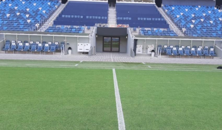 """כיסאות השחקנים באצטדיון סמי עופר (צילום: יח""""צ)"""