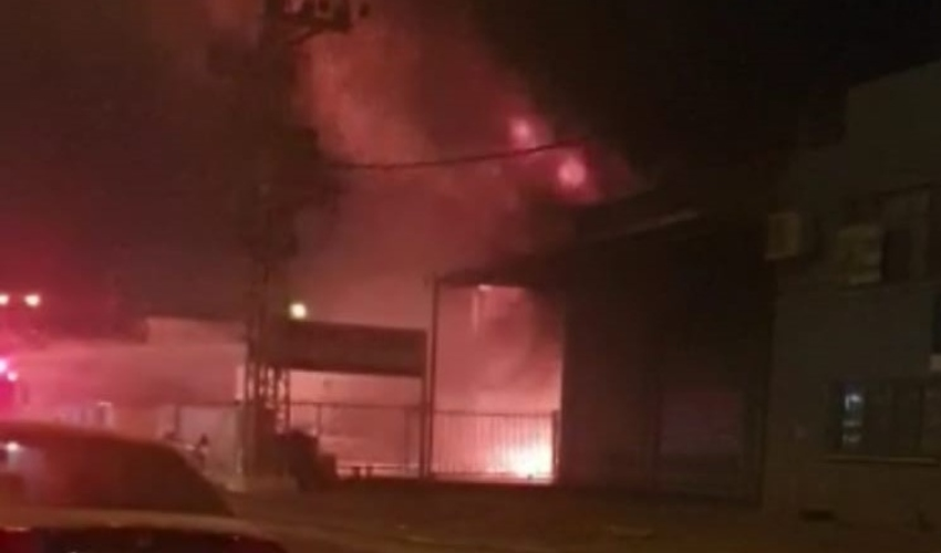 שריפה במחסן צמיגים ברחוב השיש במפרץ חיפה (צילום: דוברות כבאות והצלה)