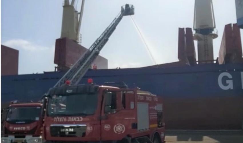 שריפה באונייה בקישון (צילום: דוברות כבאות והצלה)
