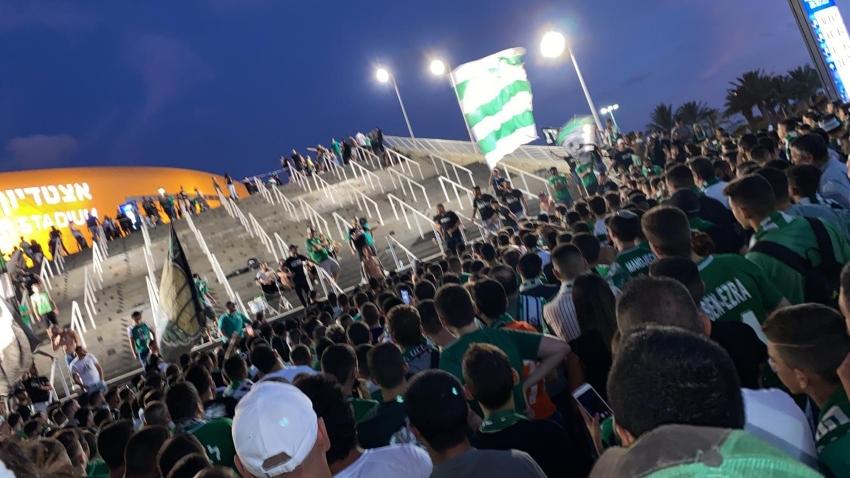 אוהדי מכבי חיפה חוגגים ברחבת הפסל באצטדיון סמי עופר