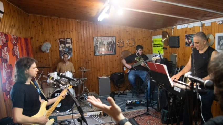 """""""אנחנו משלבים את הלהקה יחד עם היומיום שלנו. כל אחד ועיסוקיו"""". חברי ההרכב (צילום: קרן גבעון אמסלם)"""
