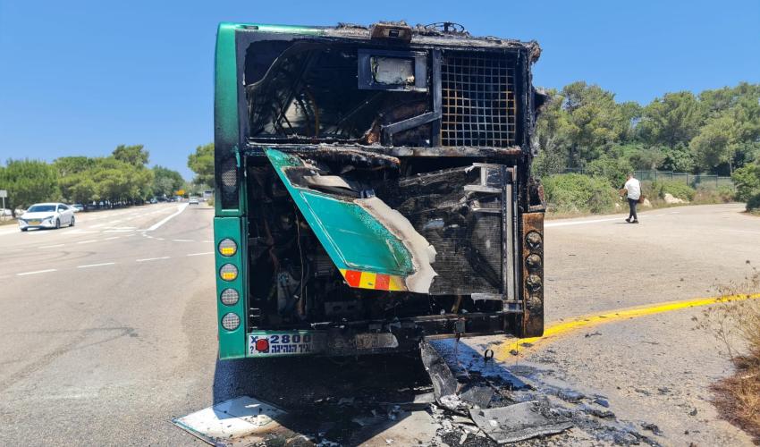 אוטובוס עלה בלהבות ליד אוניברסיטת חיפה (צילום: דוברות כבאות והצלה - חוף)