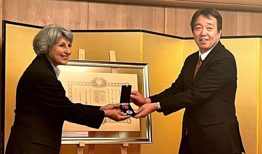 """שגריר יפן בישראל מעניק את אות קיסר יפן לד""""ר אילנה זינגר בליין (צילום: סיגל גלילי)"""