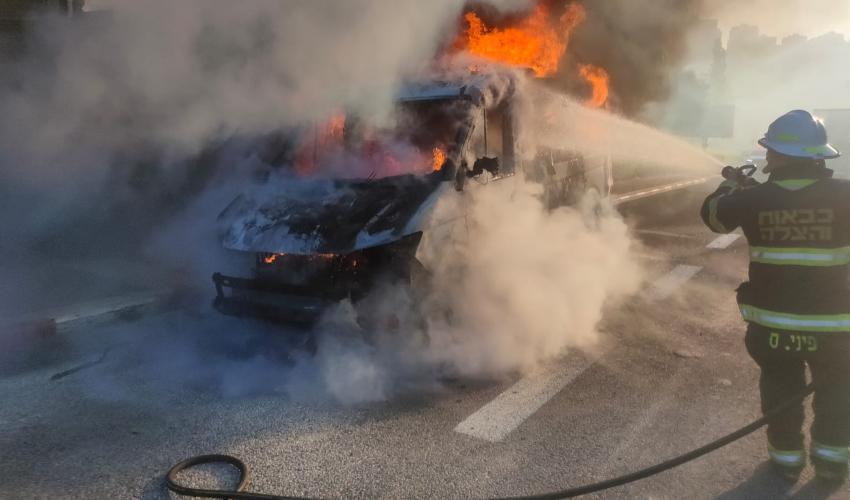 שריפה במכונית מסחרית בעלייה של נחל גיבורים (צילום: דוברות כבאות והצלה - חוף)