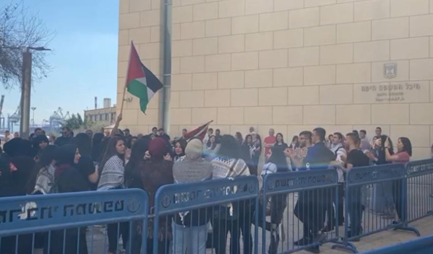 הפגנה ליד בית המשפט בחיפה (שימוש לפי סעיף 27א לחוק זכויות יוצרים)