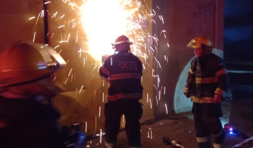 שריפה בהאנגר של ציוד מכני בקרית אתא (צילום: דוברות כבאות והצלה)