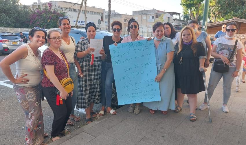 קרית אתא. מחאת האימהות ליד בניין העירייה