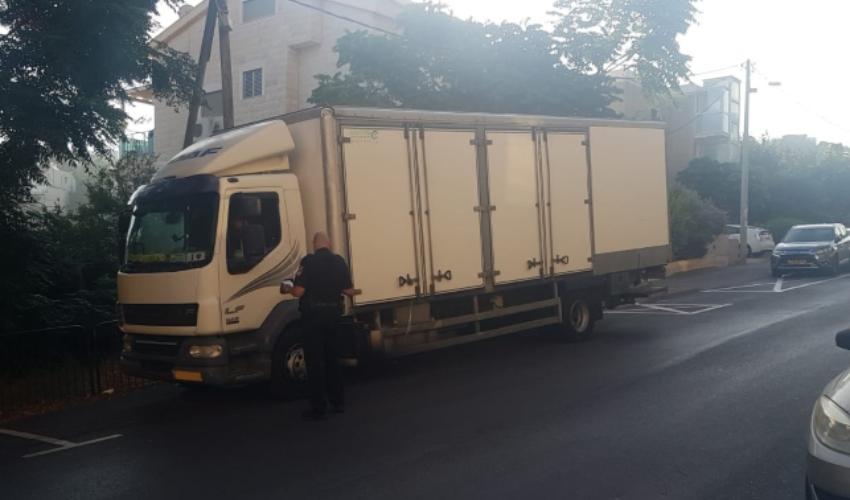 מבצע אכיפה נגד משאיות בשכונות העיר (צילום: דוברות העירייה)