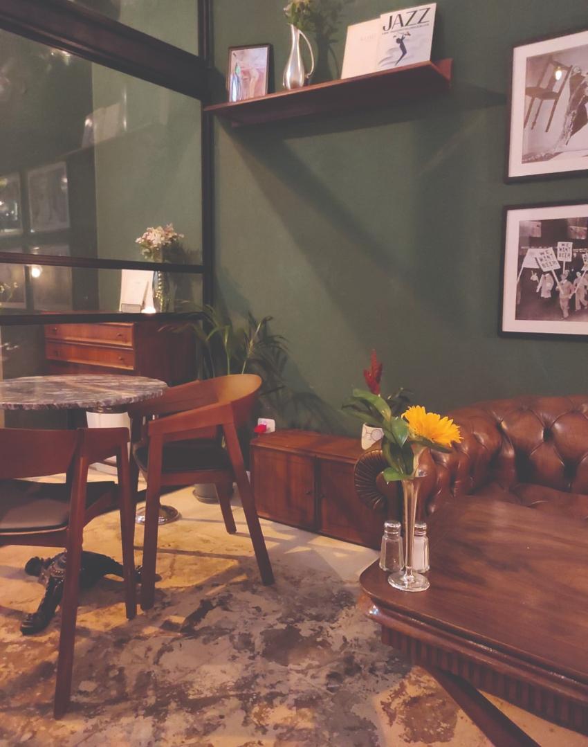"""""""עם הנרות, הפרחים והאגרטלים, המקום הפך להיות טיפה נשי יותר"""". מסעדת Rive West (צילום: גלי איתן)"""