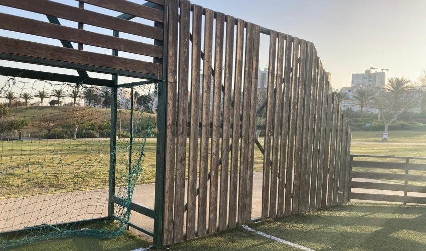 גדר שבורה, רשת קרועה. המגרש בטיילת הכט