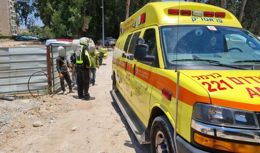 """פועל נפצע קשה באתר בנייה בקרית ים (צילום: תיעוד מבצעי מד""""א)"""