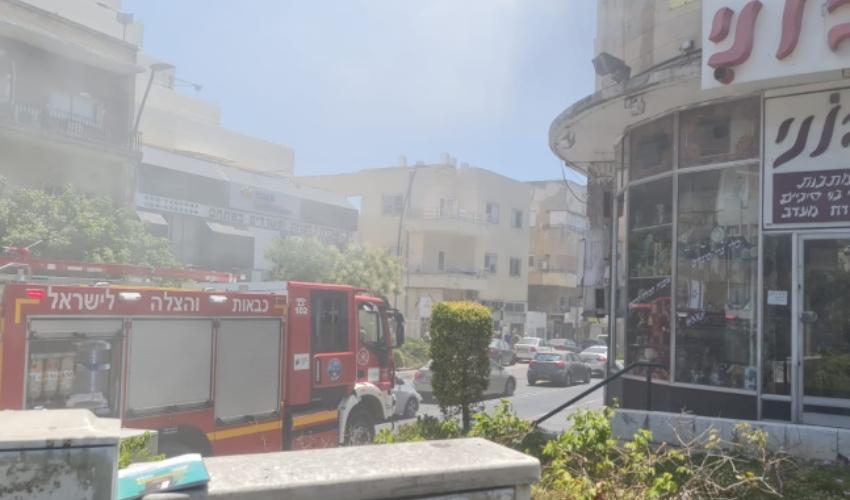 שריפה בבניין מגורים ברחוב ארלוזורוב (צילום: דוברות כבאות והצלה)