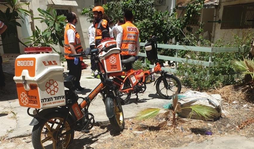 אדם נפל מגג בניין ברחוב עמק הזיתים (צילום: דוברות איחוד הצלה)