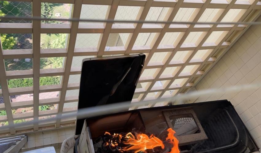 שריפה במזגן בדירה בקומה ה-11 ברחוב טבנקין (צילום: דוברות כבאות והצלה - חוף)