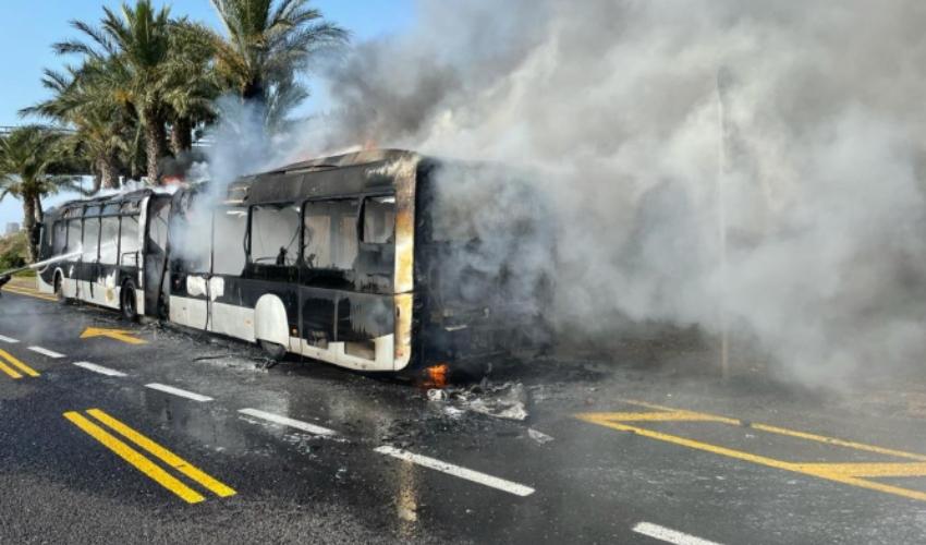 מטרונית עולה באש במבואות הדרומיים של חיפה (צילום: דוברות כבאות והצלה מחוז חוף)