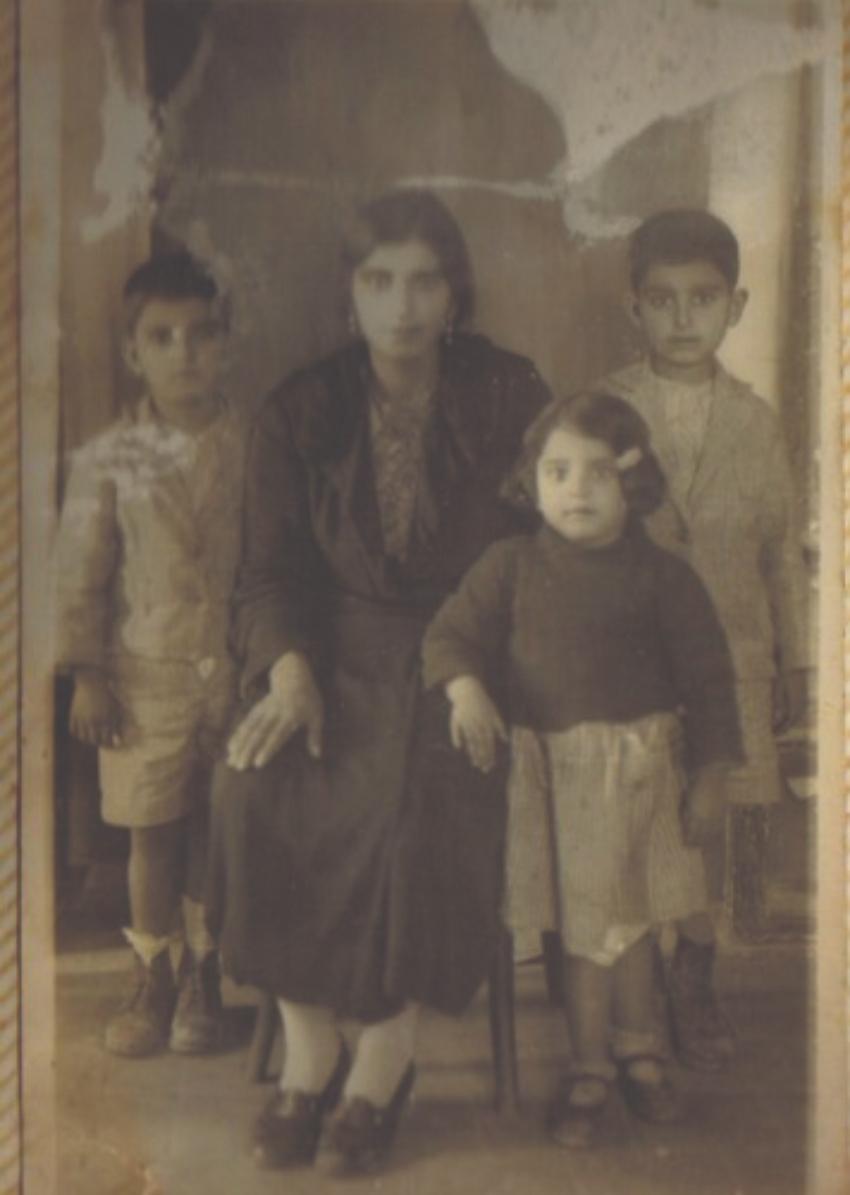 אימו של יעקוב, סמירה, עם אימה (סבתו) ושני אחיה