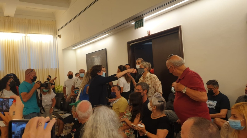 קליש מחבקת את תומכיה בתחילת הישיבה (צילום: בועז כהן)