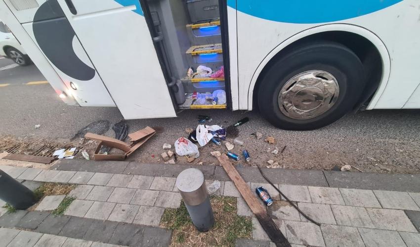 אבנים וכלי תקיפה שונים שנתפסו על ידי השוטרים (צילום: דוברות המשטרה)
