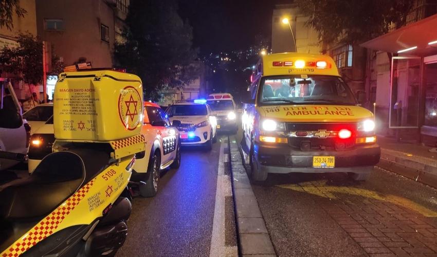 """גבר כבן 60 נפצע באורח קשה מדקירות ברחוב יל""""ג בחיפה (צילום: תיעוד מבצעי מד""""א)"""