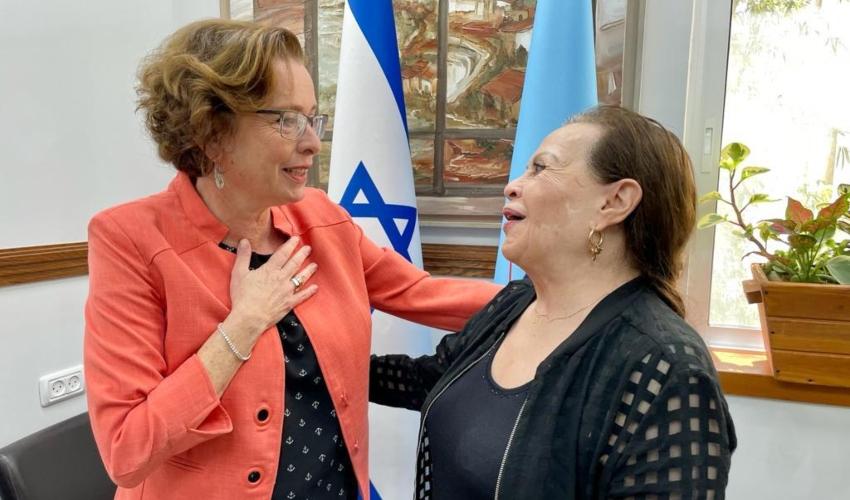 גילה אלמגור וראש העירייה עינת קליש רותם (צילום: ראובן כהן, דוברות עיריית חיפה)