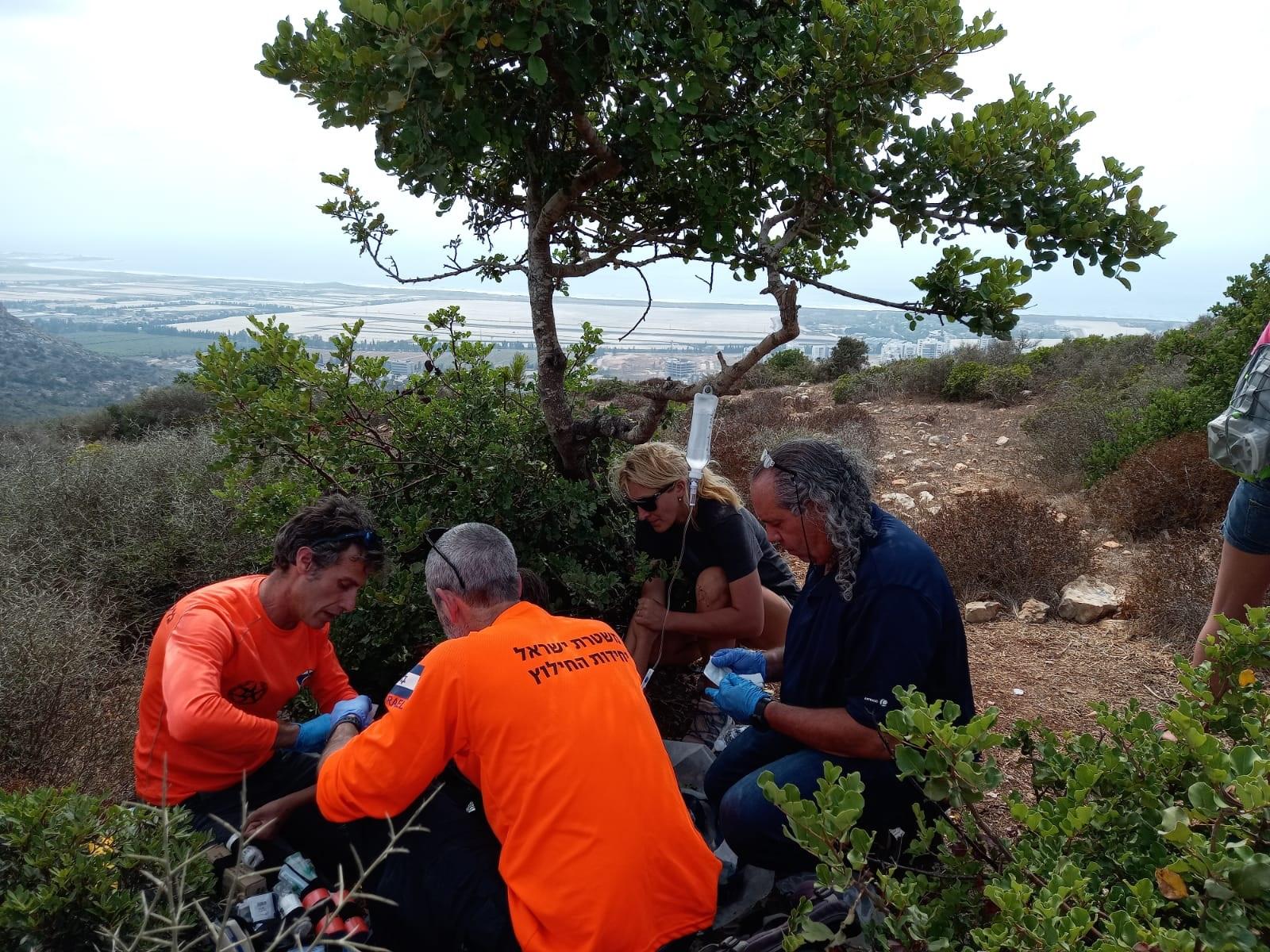 חילוץ משפחה מנחל אורנית (צילום: דוברות יחידת החילוץ גליל-כרמל)