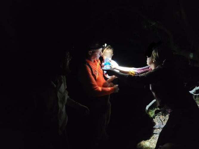 חילוץ משפחה מנחל עובדיה (צילום: דוברות יחידת החילוץ גליל-כרמל)
