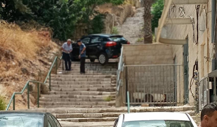רכב התדרדר למדרגות ברחוב קיבוץ גלויות (צילום: דוברות איחוד הצלה)