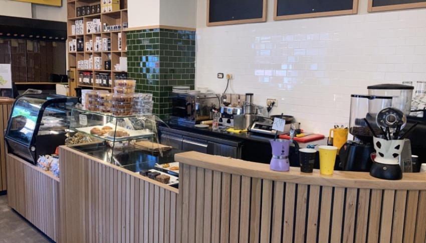"""""""אוא קפה בעיר"""" (צילום: אופיר אזולאי)"""