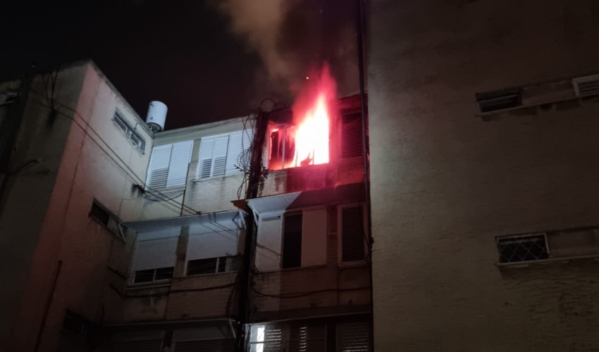 שריפה בדירה ברחוב רוקח בקרית מוצקין (צילום: דוברות כבאות והצלה מחוז חוף)