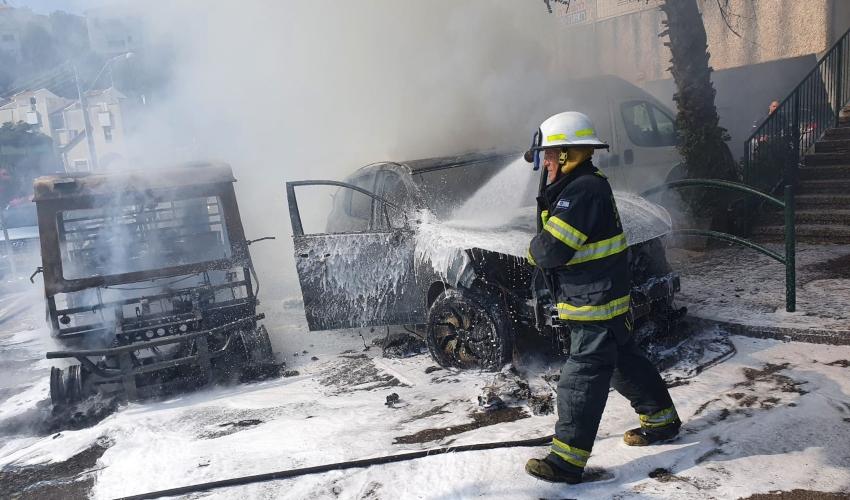 שריפת כלי רכב ברחוב הבעל שם טוב בחיפה (צילום: דוברות כבאות והצלה - חוף)