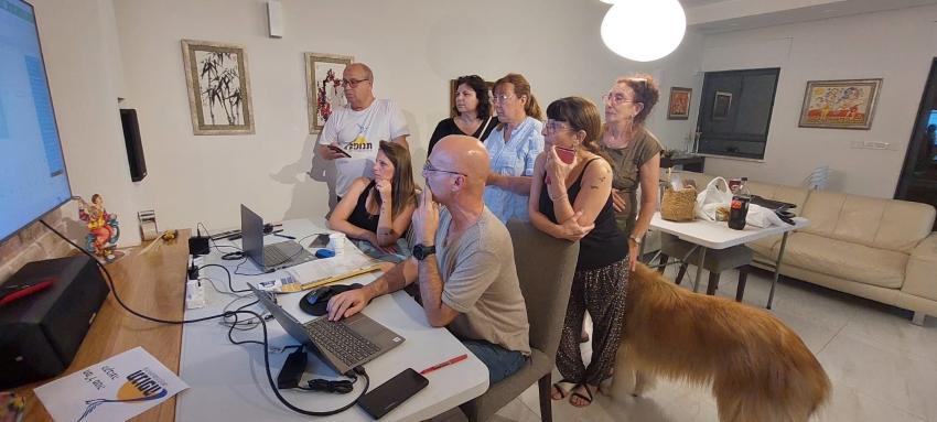 """כוססים ציפורניים בעת ספירת הקולות. חברי רשימת """"תנופה"""" (צילום: בועז כהן)"""