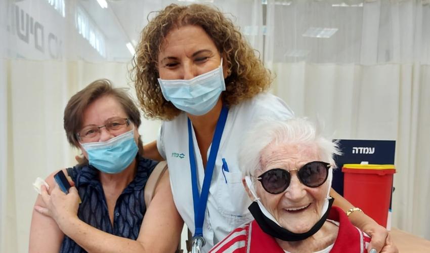 חנה אילוז, ברכה וייץ בת 102 והמטפלת שלה (צילום: דוברות כללית)