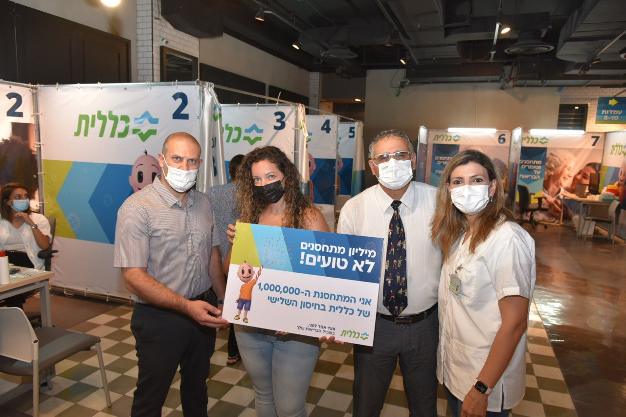 לילך מילר (במרכז), אלי כהן (משמאל), רונן נודלמן (מימין) והאחות, ניהל ח'טיב, מנהלת מתחם החיסונים (צילום: דוד חורש)