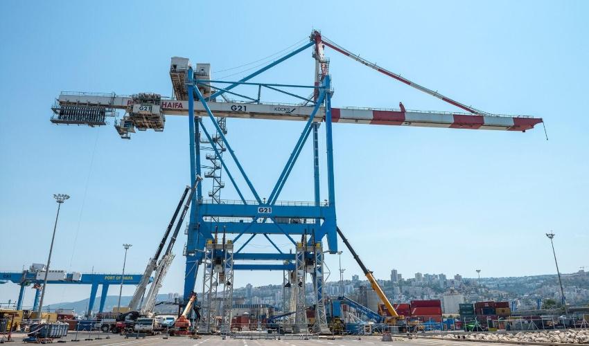 העגורן שהוגבה בנמל חיפה (צילום: ורהפטיג ונציאן)