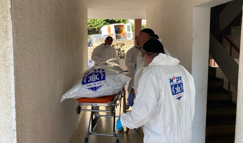 """גופה במצב ריקבון בחיפה (צילום: דוברות זק""""א)"""